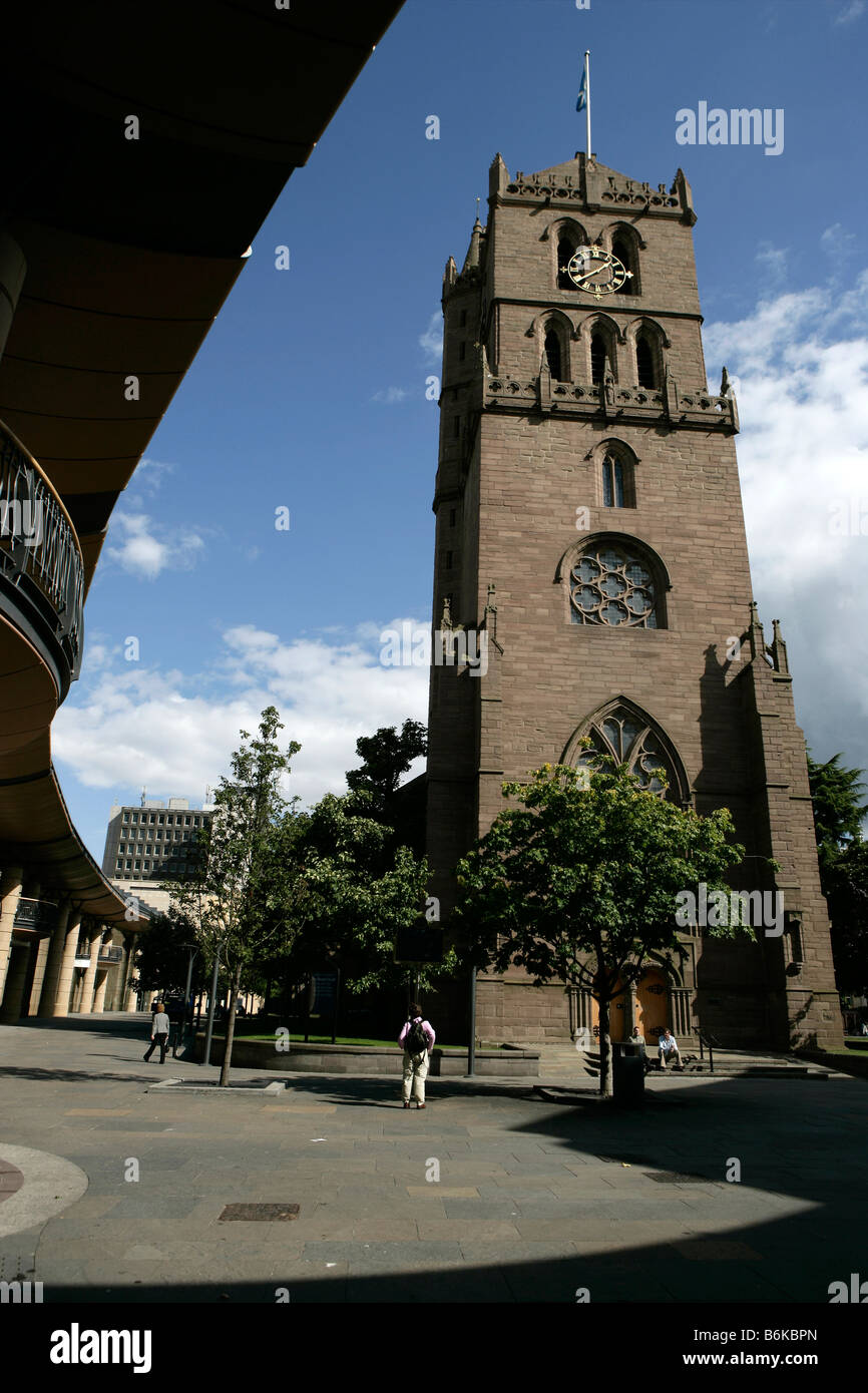 City of Dundee, Scotland. The West elevation of the Steeple Church framed by the Overgate Shopping Centre. - Stock Image
