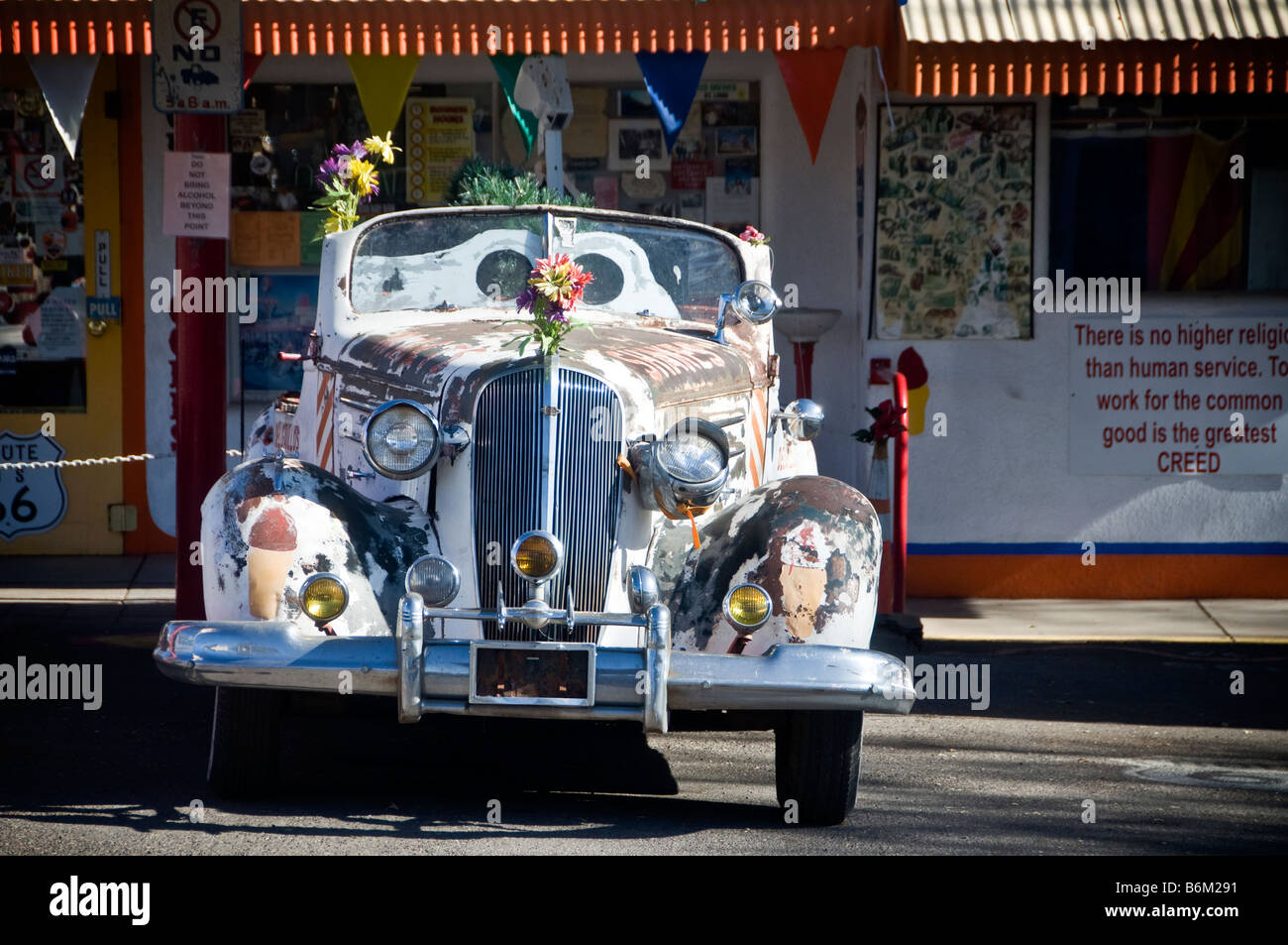 Old, 1930s Mercedes Benz parked in front of the Sno-Cone Cafe that is used as a sign and guidepost. - Stock Image