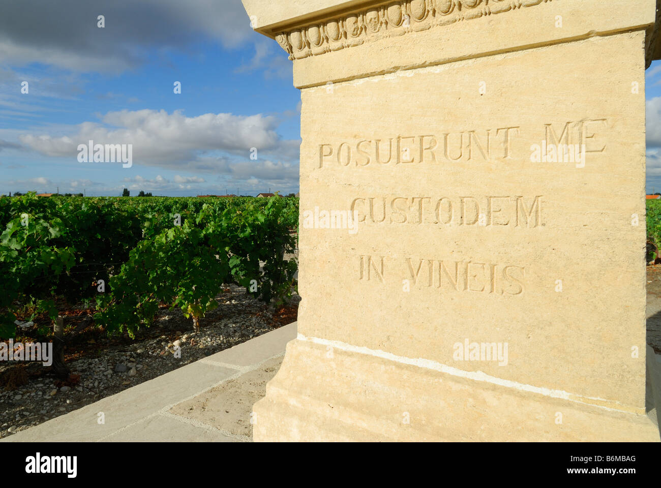 Pauillac France A cross with the latin inscription Posuerent me custodem in vineis stands at the edge of a vineyard - Stock Image