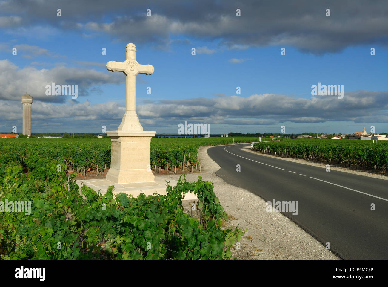 Pauillac France A cross stands at the edge of a vineyard at the edge of the town of Pauillac - Stock Image
