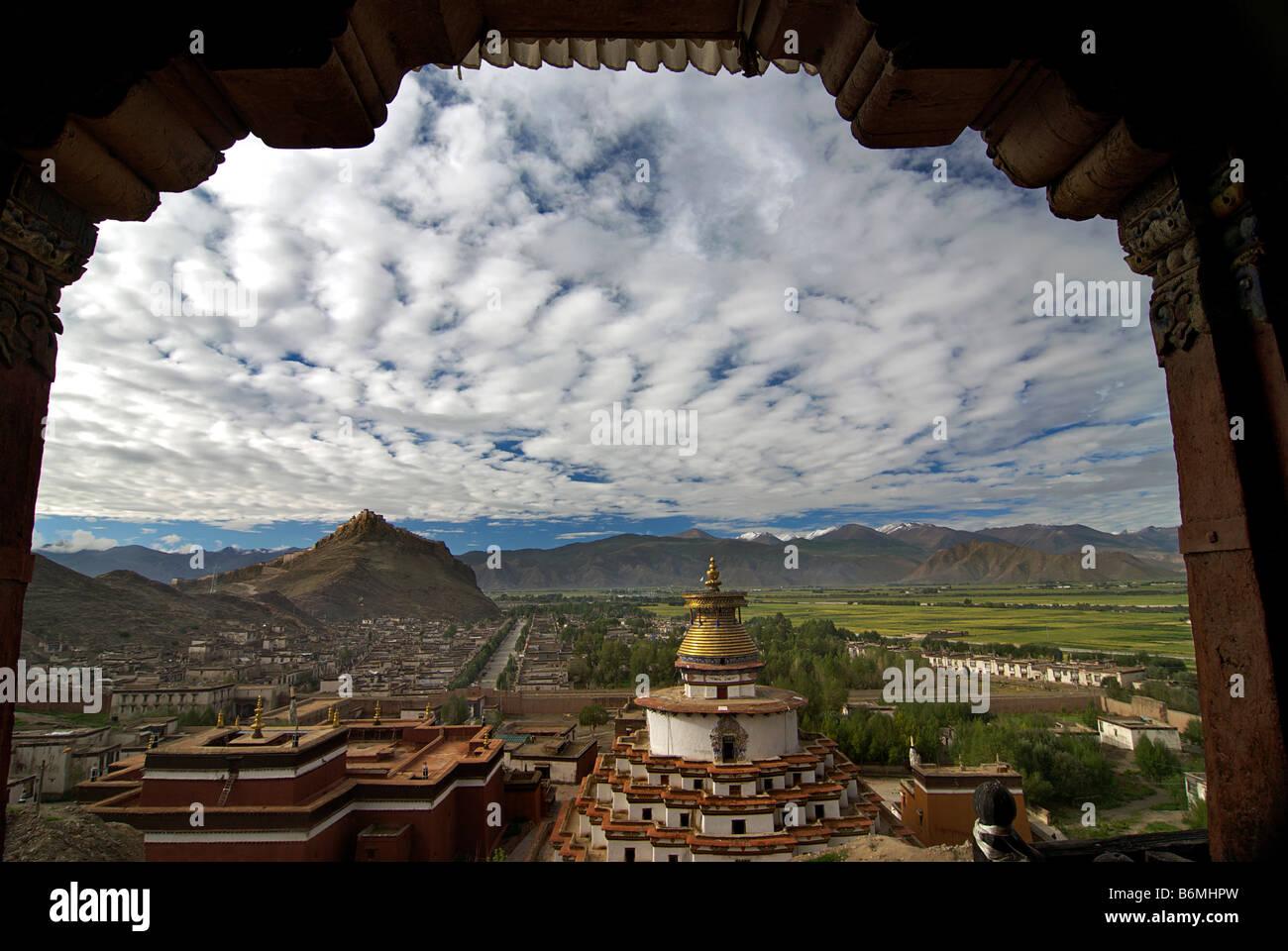 Framed perspective of Kumbum Pelkor Chöde monastery, Gyantse, Tibet - Stock Image