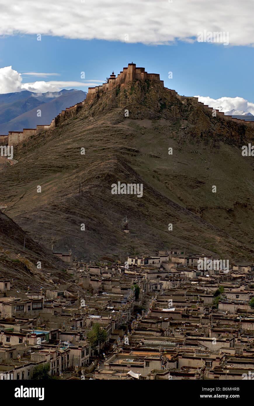 Gyantse old town viewed from Kumbum Pelkor Chöde monastery - Stock Image