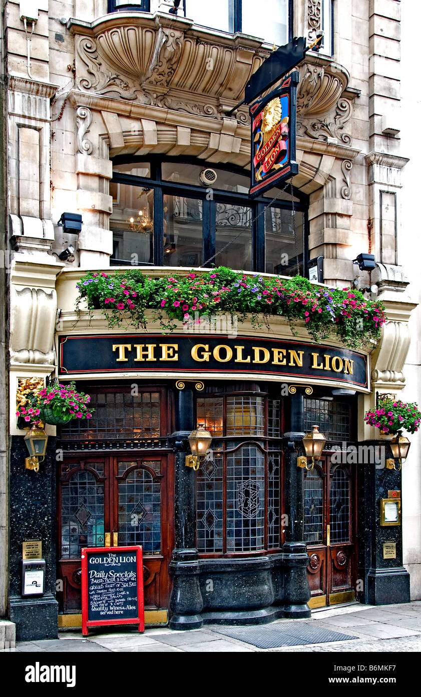 The Golden Lion pub - Stock Image
