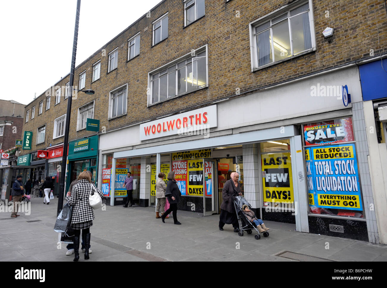 Woolworths exterior Bethnal Green Rd east London - Stock Image