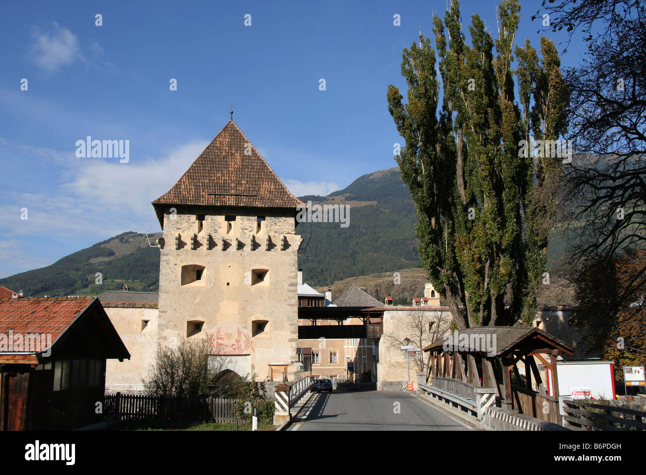 watch tower and covered bridge at the medieval town of Glorenza Glorenz in Italy Val Venosta Vinschgau - Stock Image