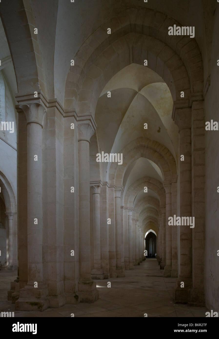 Pontigny,  Abteikirche, Blick in das südliche Seitenschiff - Stock Image