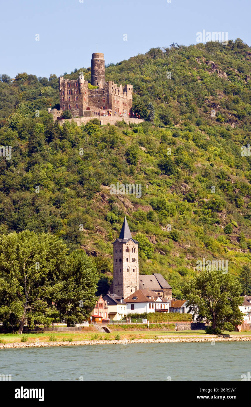 Mouse Castle (Burg Maus0 overlooking village of Wellmich on middle Rhine River - Stock Image