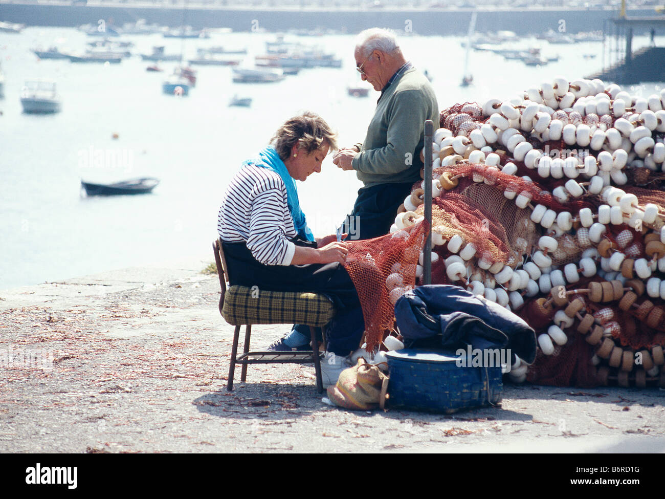 Fisherwoman mending nets. Castro Urdiales. Cantabria province. Spain. - Stock Image