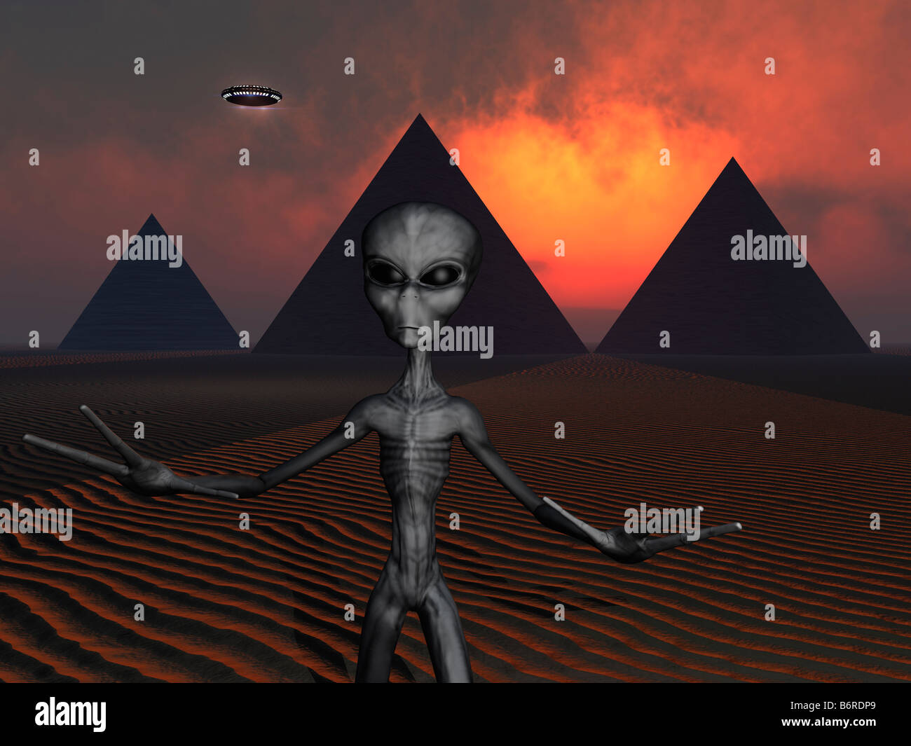 A Grey Alien At The Site Of The Giza Pyramids - Stock Image