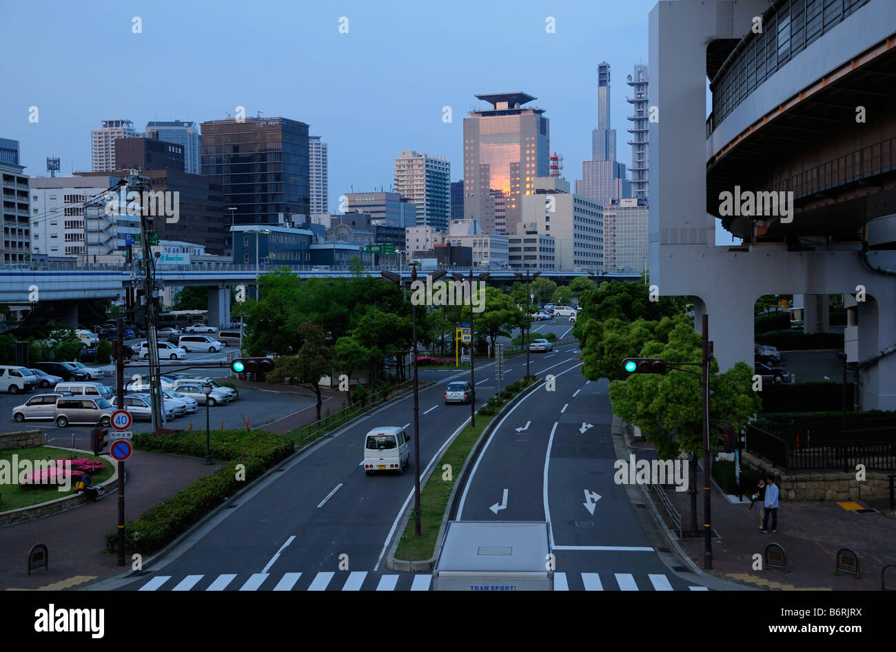 Downtown skyline and Highway, Kobe JP - Stock Image