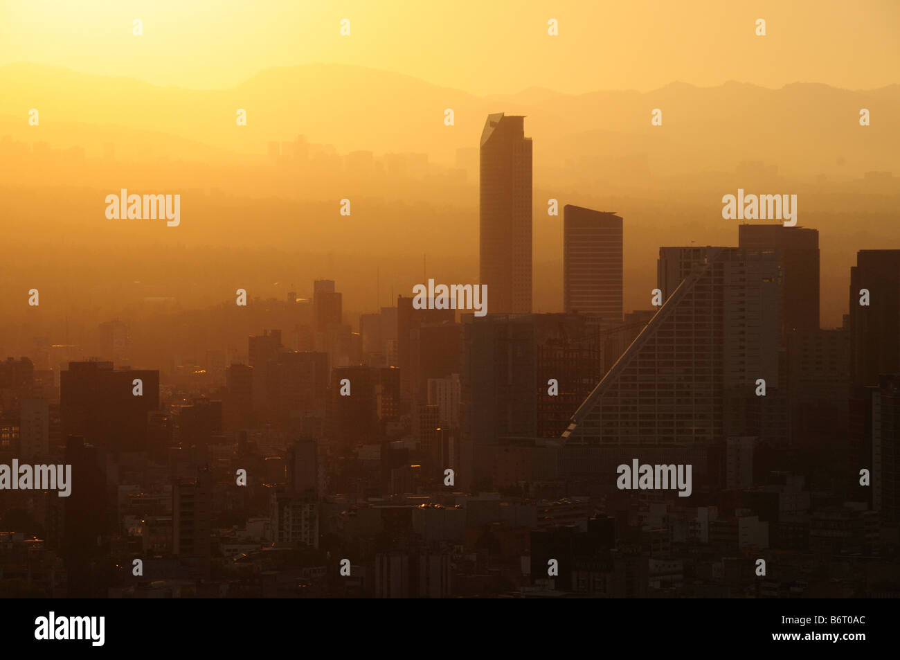 Smog at sunset, skyline of Mexico City - Stock Image