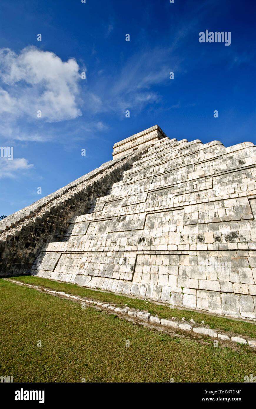 CHICHEN ITZA, Mexico - El Castillo (also known as Temple of Kuklcan) at the ancient Mayan ruins at Chichen Itza, - Stock Image