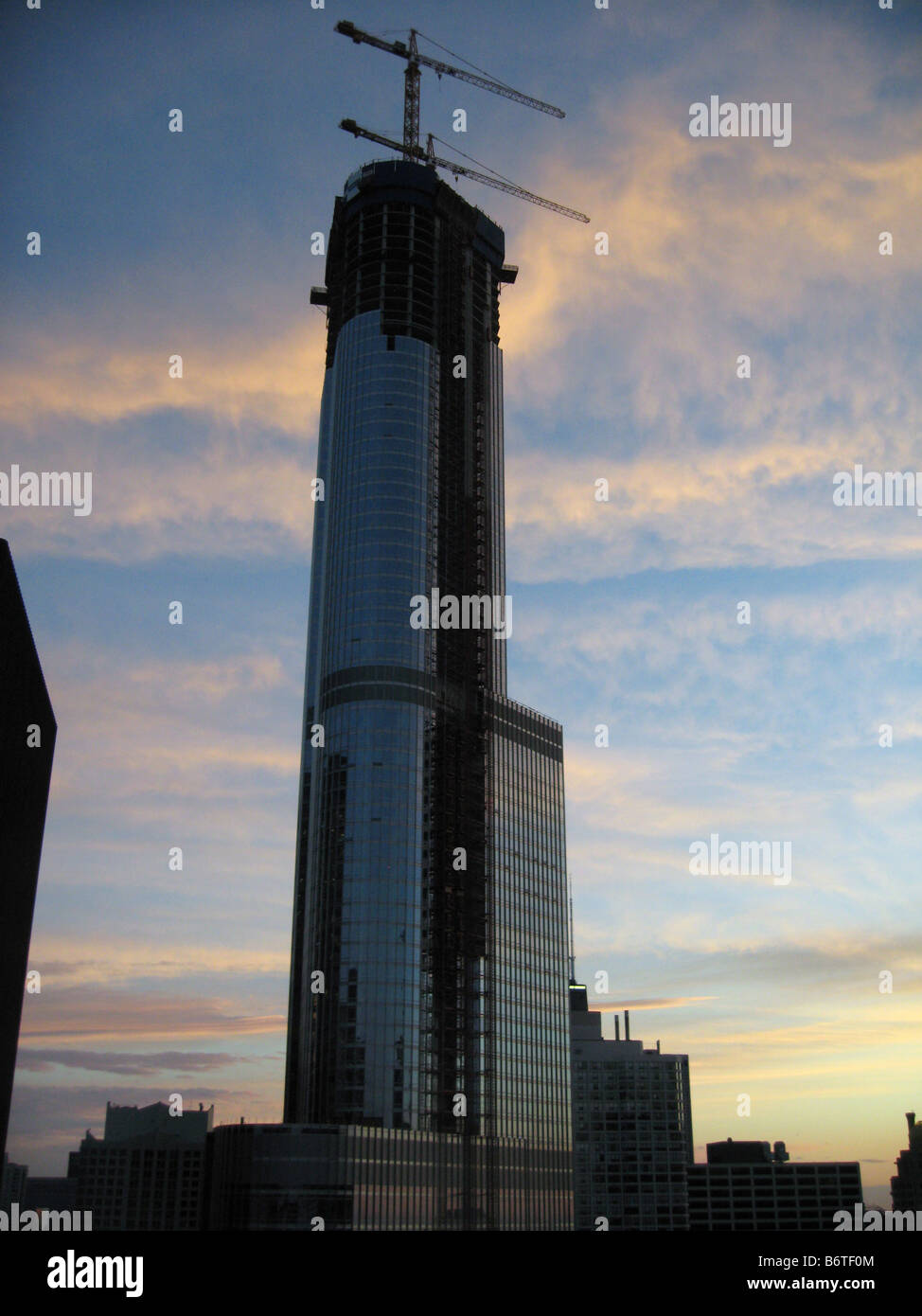 Trump Tower in Chicago under construction at dawn - Stock Image