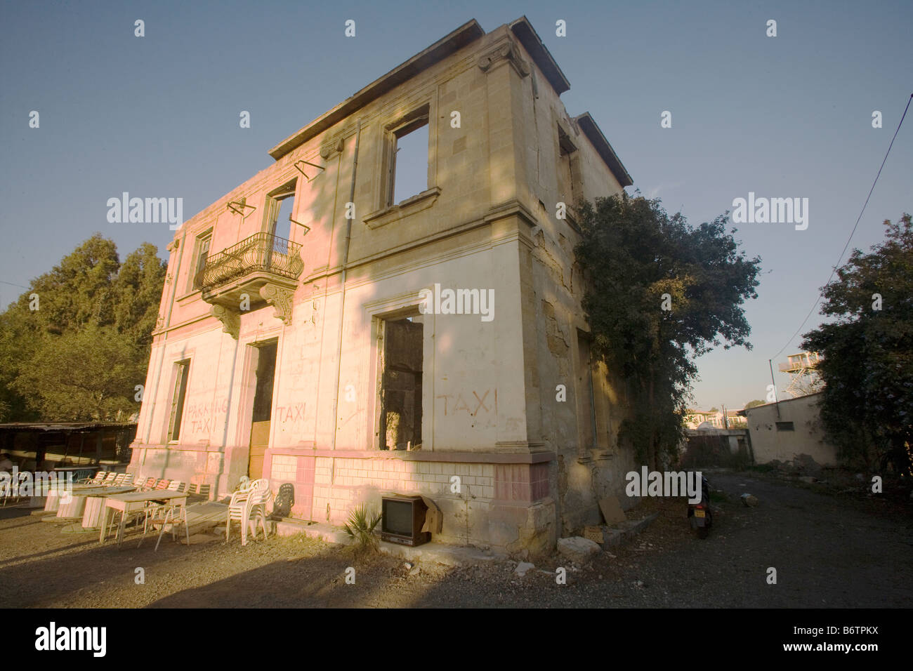 Abandoned building with outdoor cafe attached in the Green Line UN buffer zone, Nicosia, Cyprus - Stock Image