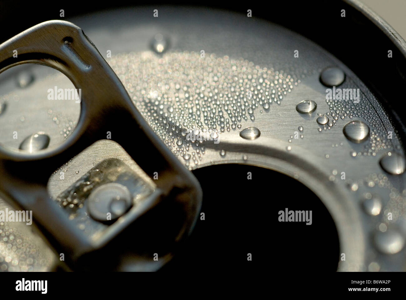 SHOT OF A DRINKS CAN SHOWING A CLOSE UP DETAIL OF THE RING PULL AND MOISTURE DROPLETS - Stock Image