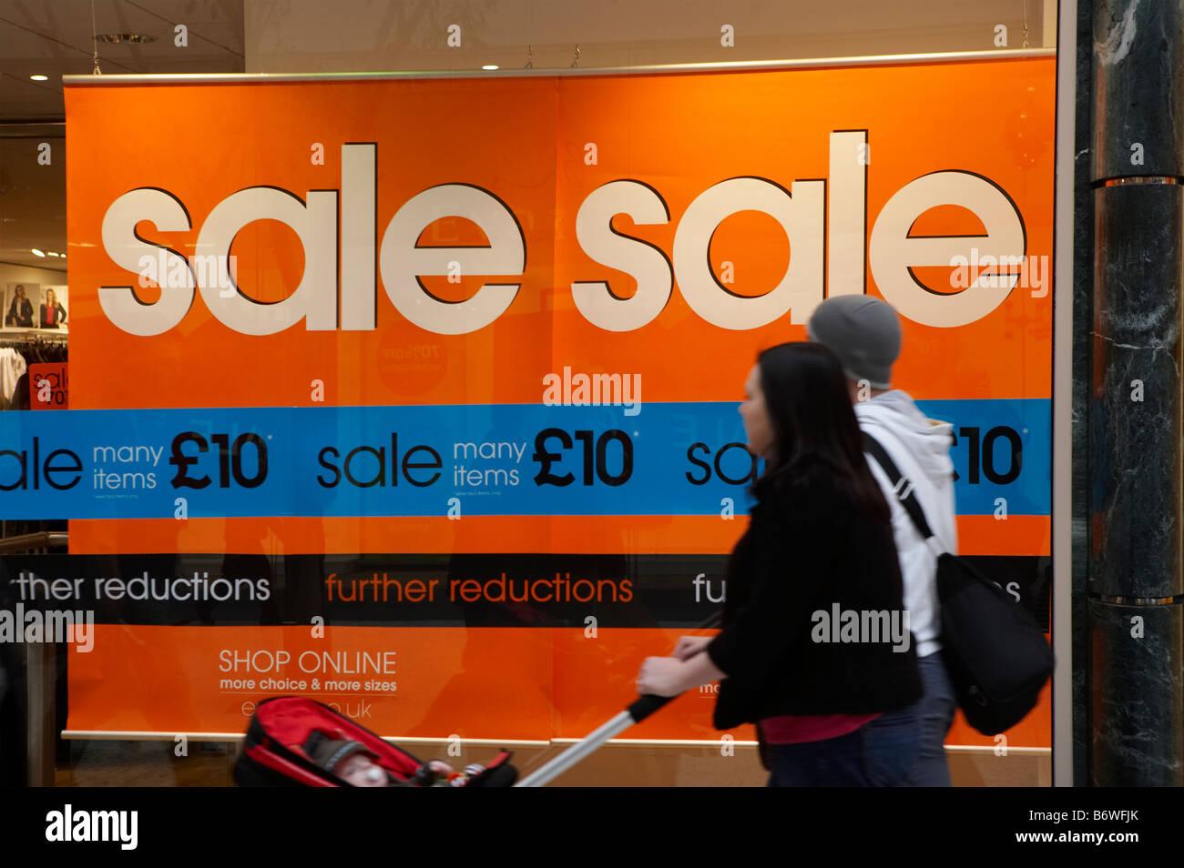 SHOP WINDOW SALE SALES SIGN PRICE REDUCTION SAVE SAVING MONEY CHRISTMAS JANUARY - Stock Image