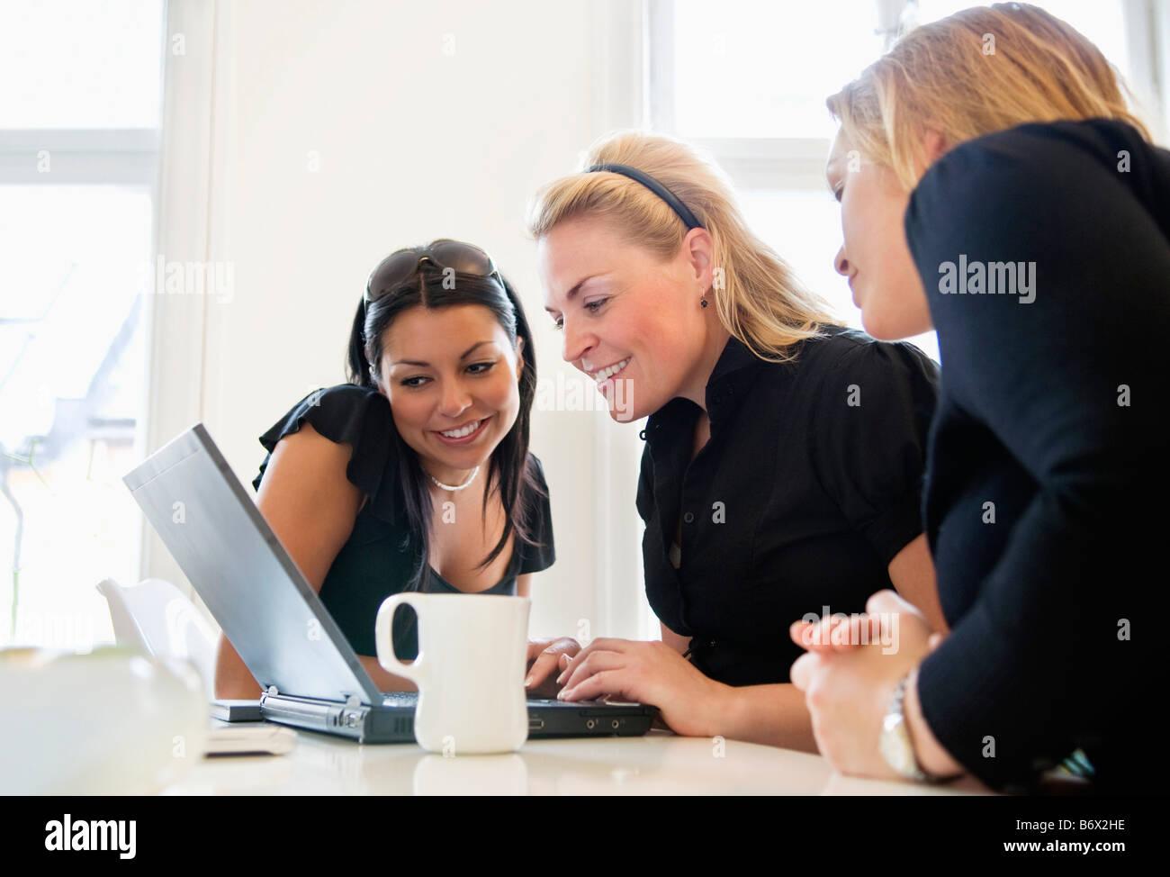 Girls looking at computer - Stock Image