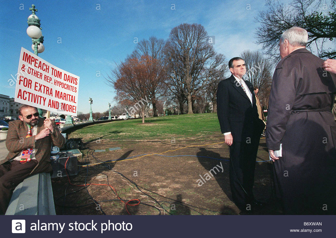 12 16 98 IMPEACHMENT Ray LaHood R Ill is interviewed by CNN while a demonstrator looks on CONGRESSIONAL QUARTERLY - Stock Image