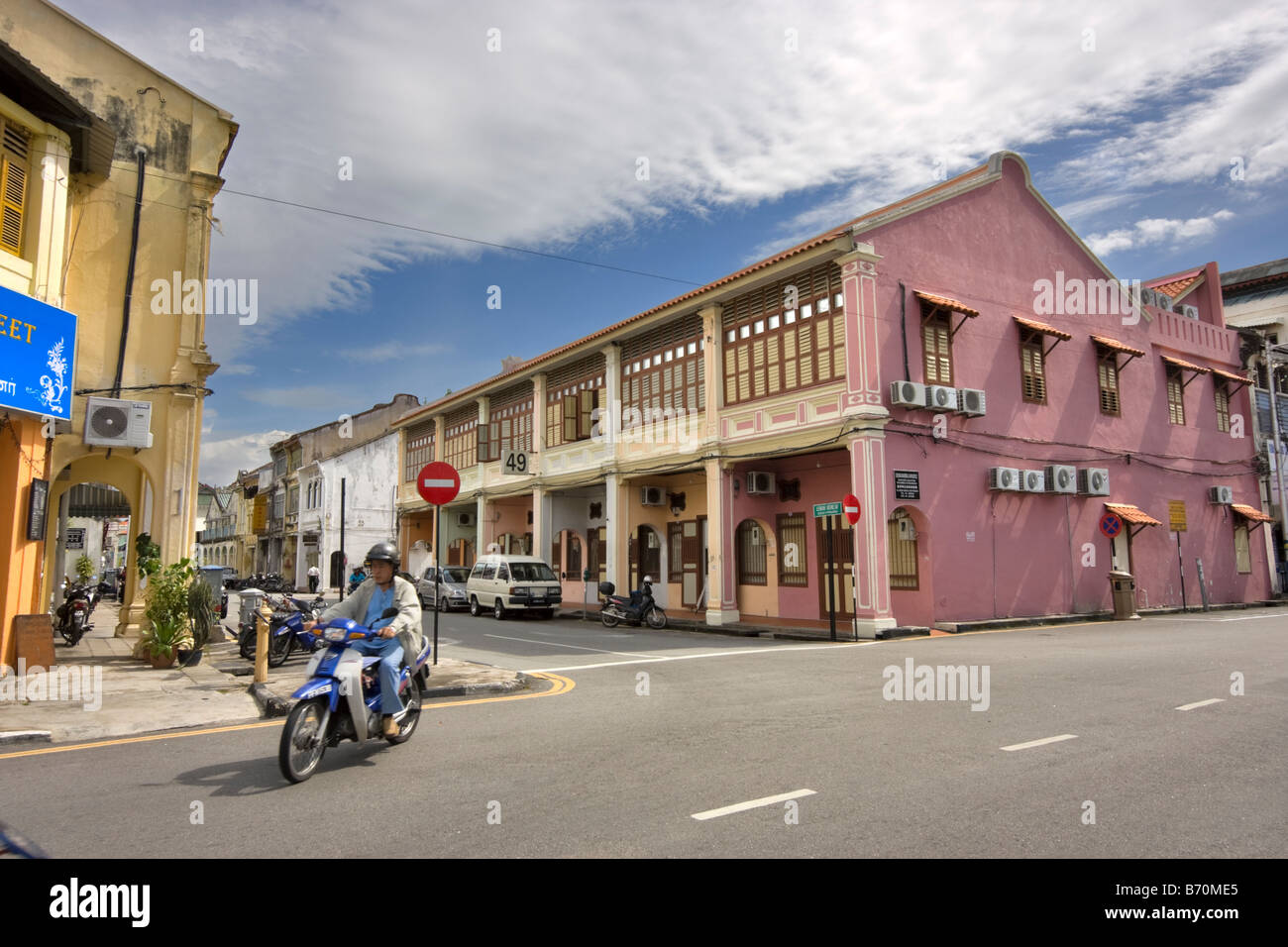 Row of shophouses on a typical street corner in Georgetown, Penang, Malaysia - Stock Image