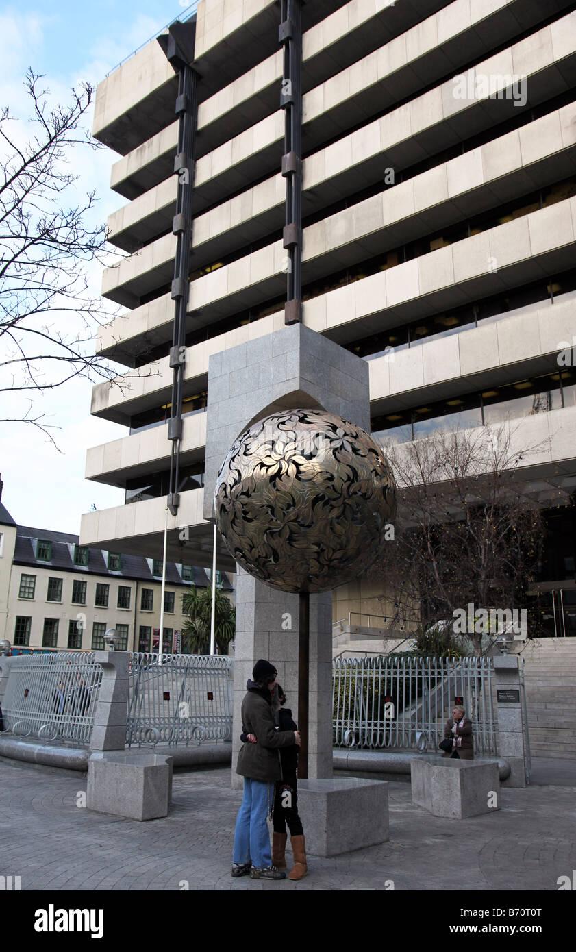 Lovers outside Irish Financial Regulator building Central Bank Dublin Ireland - Stock Image