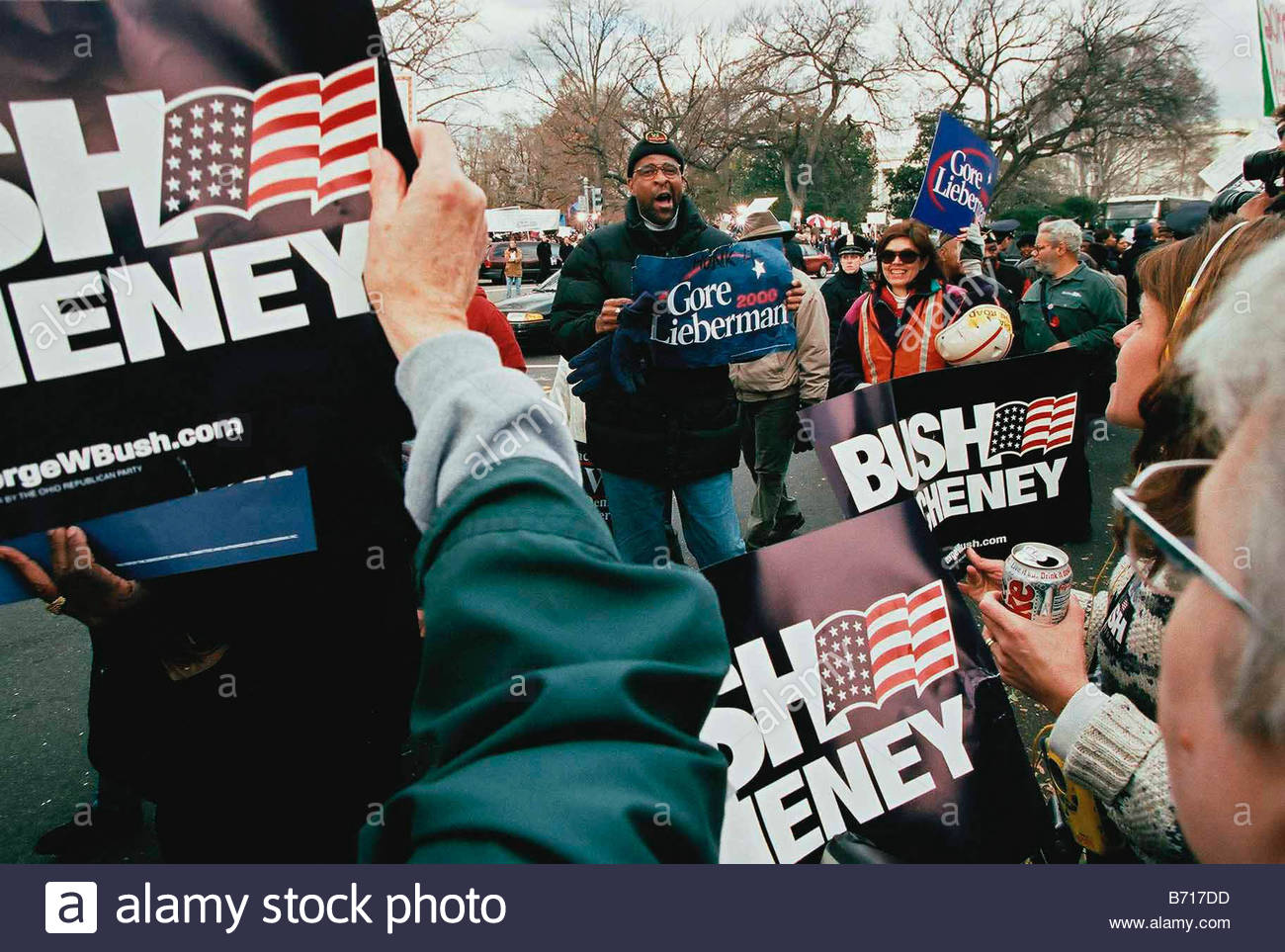 12 1 00 SUPREME COURT HEARING ON PRESIDENTIAL ELECTION Gore Lieberman supporters file past Bush Cheney supporters - Stock Image