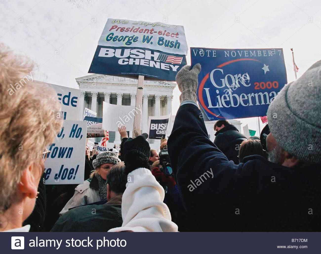 12 1 00 SUPREME COURT HEARING ON PRESIDENTIAL ELECTION Demonstrators outside the U S Supreme Court CONGRESSINAL - Stock Image