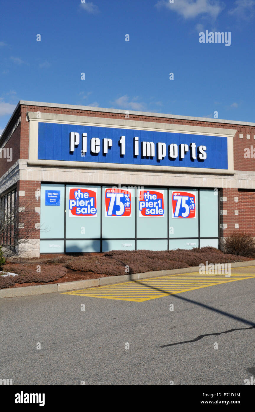 Pier 1 Imports retail store with sale discount signs in window for 75 percent off - Stock Image