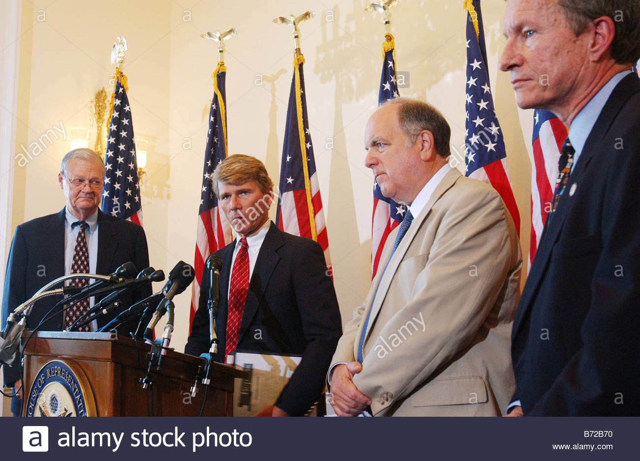 9 17 03 IRAQ SUPPLEMENTAL House Armed Services ranking Democrat Ike Skelton D Mo Rep Gene Taylor D Miss Assistant - Stock Image
