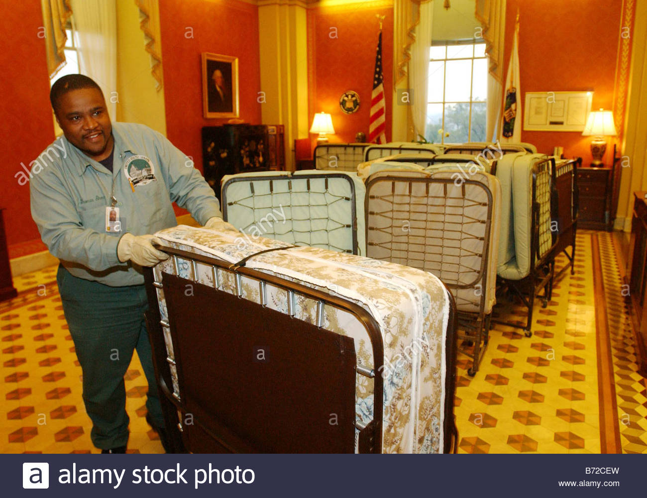11 12 03 30 HOUR DEBATE IN SENATE ON JUDICIAL NOMINATIONS Workers gather cots in the Strom Thurmond Room to deliver - Stock Image