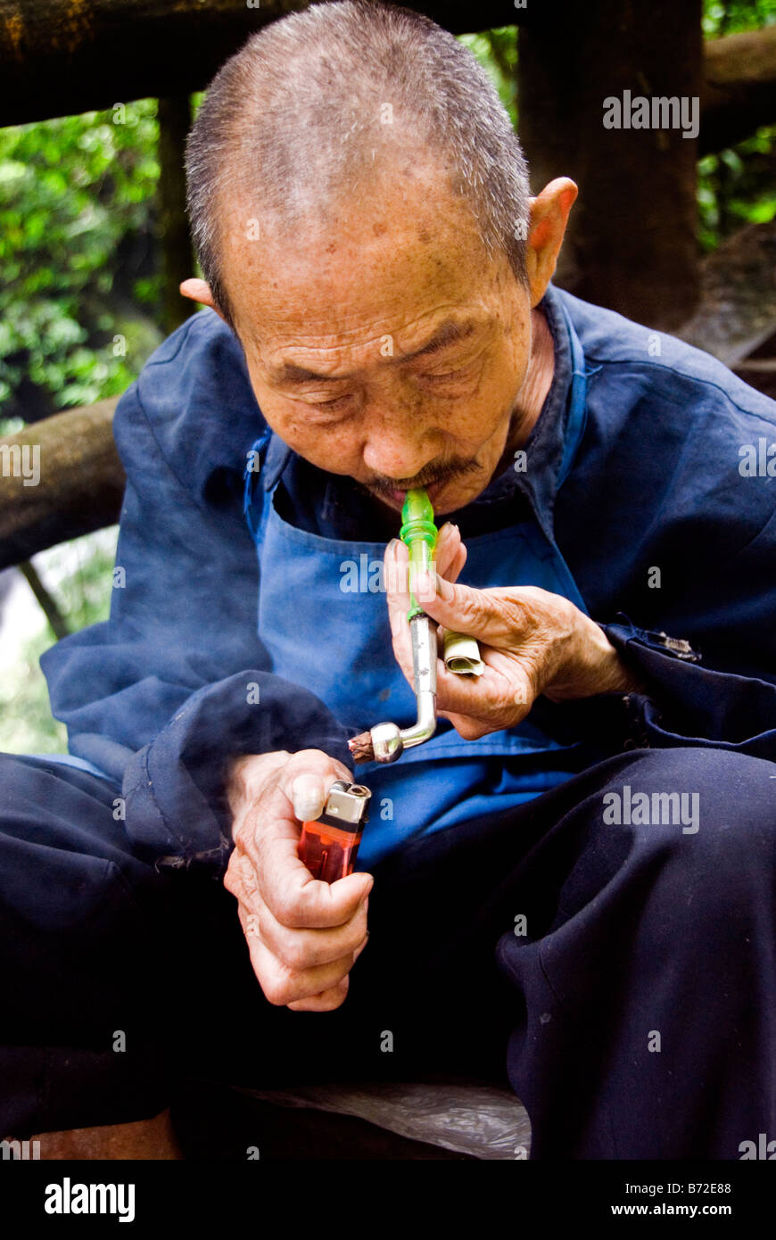Old chinesse man smoking a pipe Emei Shan Sichuan China - Stock Image