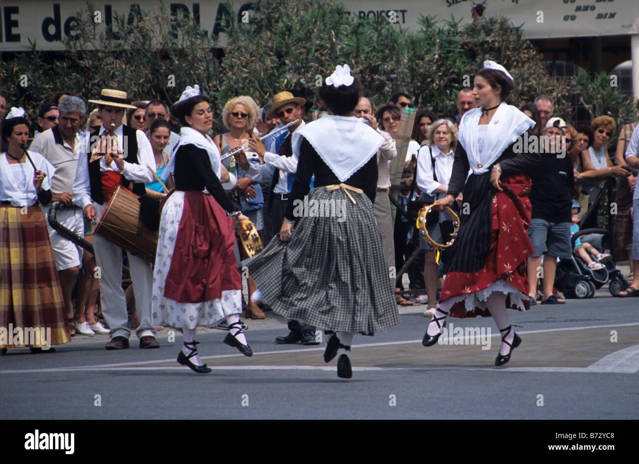 Traditional Provencal Dancers and Musicians, Saintes-Maries-de-la-Mer, Camargue, France - Stock Image