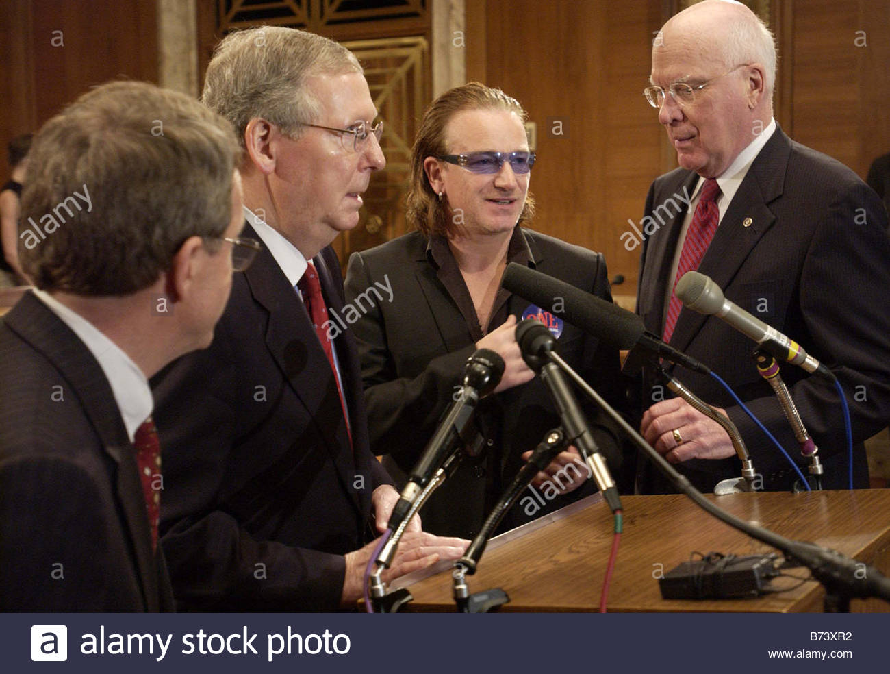 5 18 04 GLOBAL AIDS Sen Mike DeWine R Ohio Senate Majority Whip Mitch McConnell Rock star Bono in blue glasses and - Stock Image