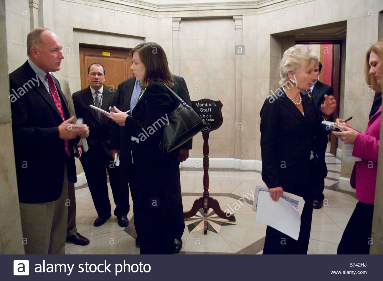 07 25 06 House Select Intelligence Chairman Peter Hoekstra R Mich and ranking member Jane Harman D Calif talk to - Stock Image