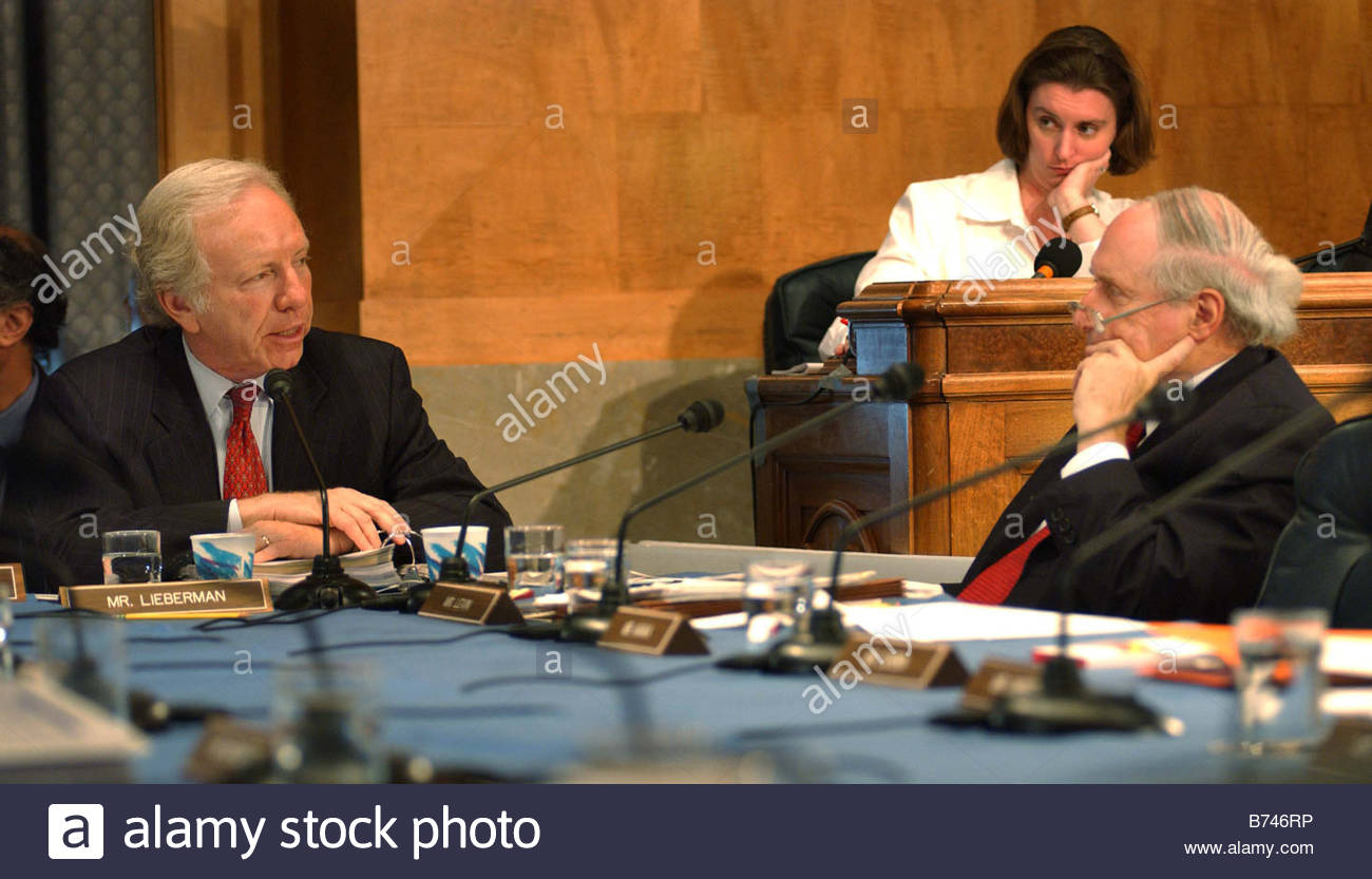 9 22 04 INTELLIGENCE REORGANIZATION Ranking Democrat Joseph I Lieberman D Conn and Sen Carl Levin D Mich during - Stock Image