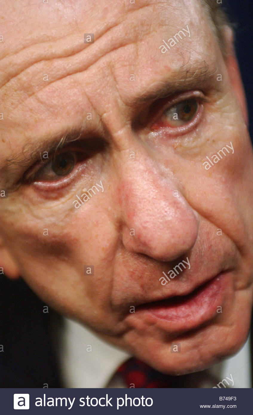 11 18 04 SPECTER SUPPORT Sen Arlen Specter R Pa talks to reporters after a news conference in which Senate Judiciary - Stock Image