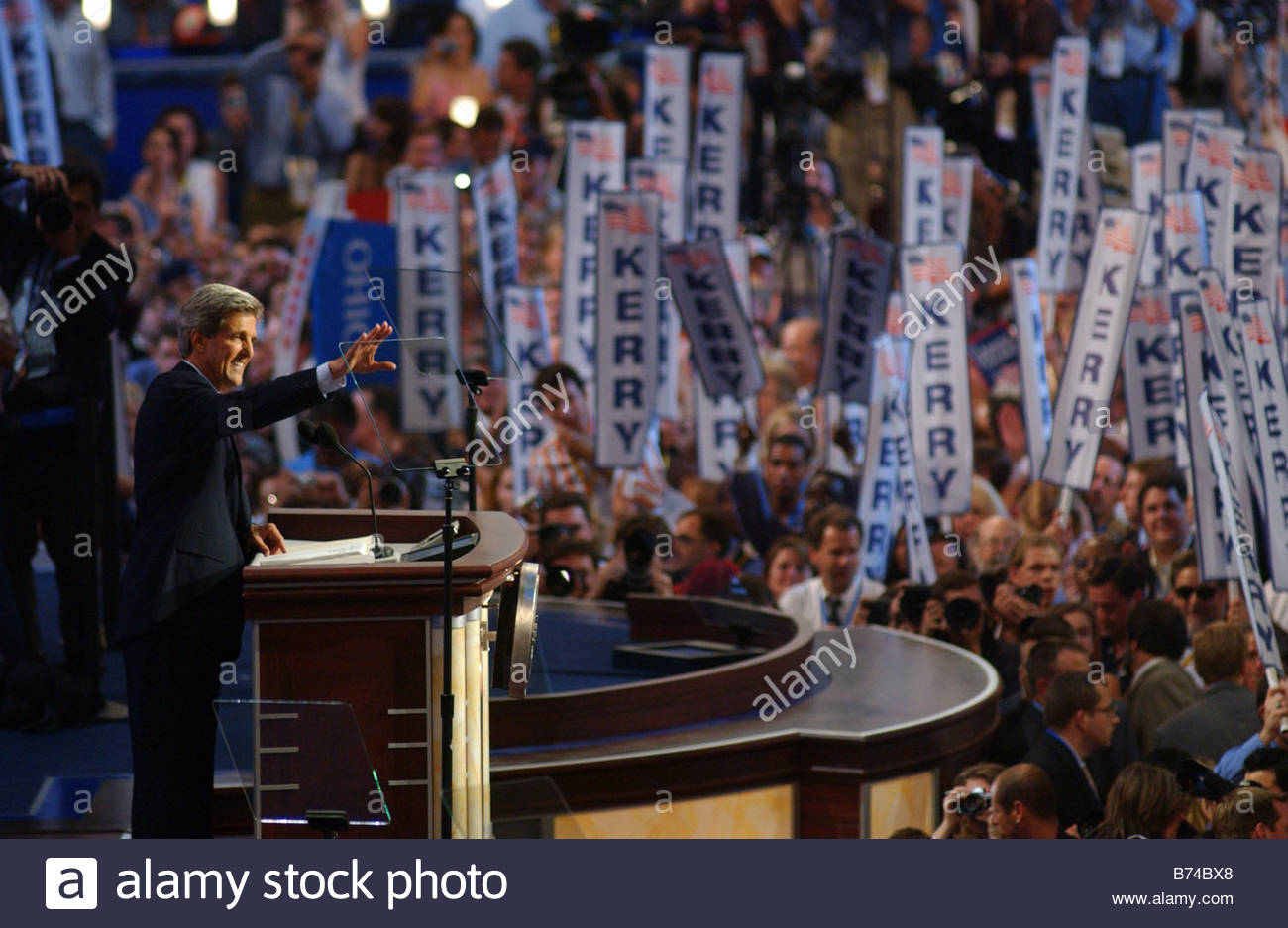 7 26 04 2004 DEMOCRATIC NATIONAL CONVENTION Presidential nominee John Kerry acknowledges the crowd during his acceptance - Stock Image