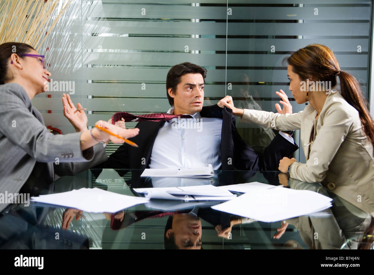 Office life business team having a fight - Stock Image