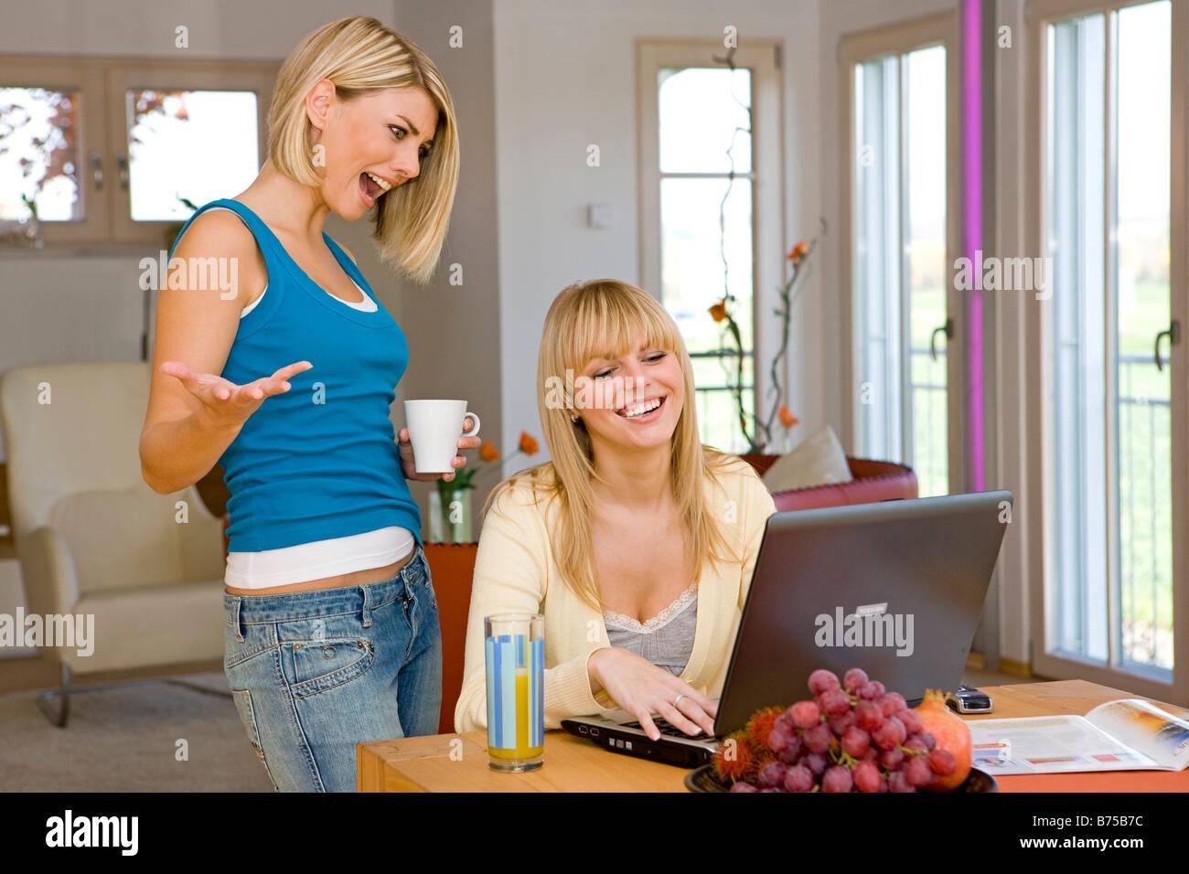 Zwei Frauen surfen zusammen im Internet, two women surfing the internet together - Stock Image