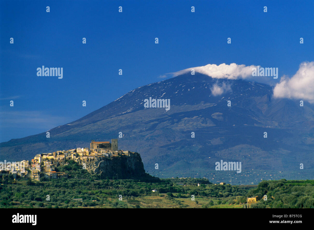 Hill town of motta sant anastasia and mount etna sicily for Motta arredi catania