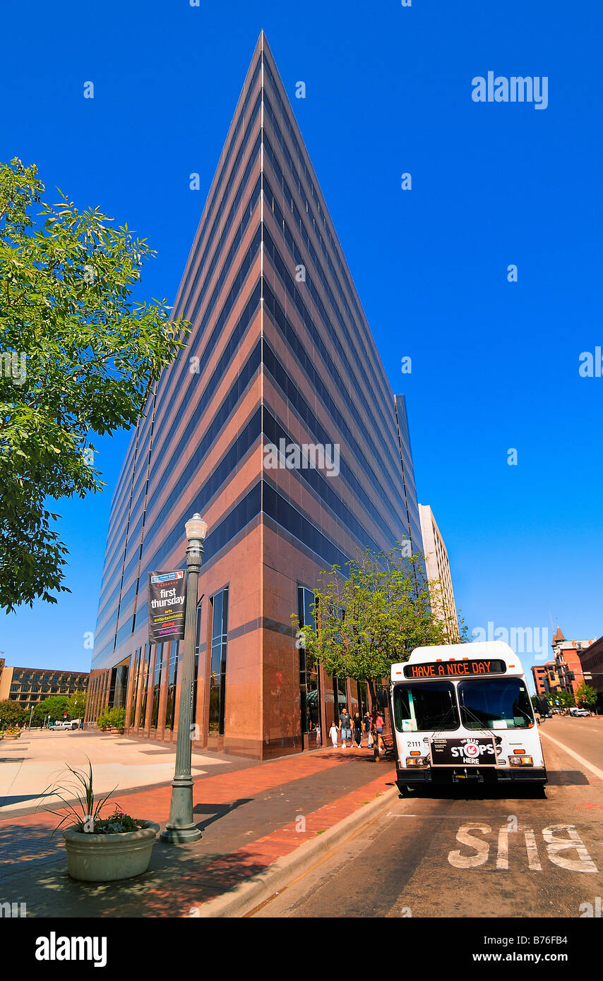 The extraordinary Wells Fargo Building in Boise, Capital City of Idaho , USA, with a bus alongside - Stock Image