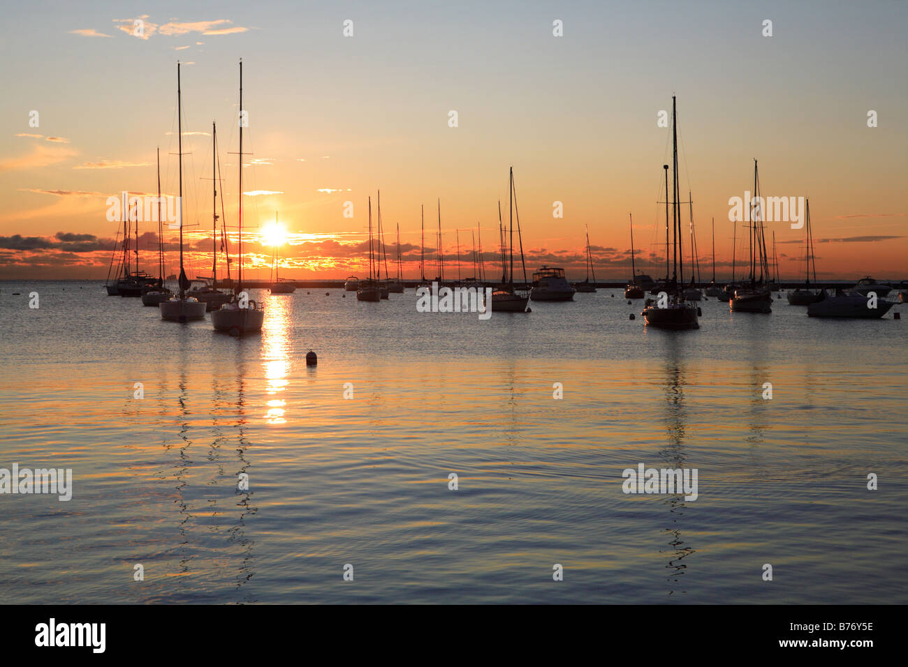 BOATS AT SUNRISE IN MONROE HARBOR IN DOWNTOWN CHICAGO ILLINOIS USA - Stock Image