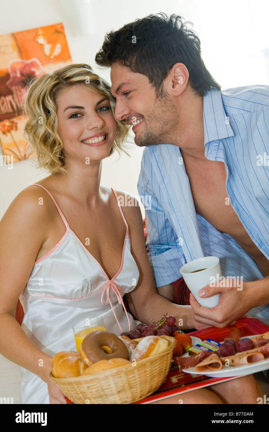 paar beim gemeinsamen fruehstueck im bett couple having breakfast stock photo 21677116 alamy. Black Bedroom Furniture Sets. Home Design Ideas