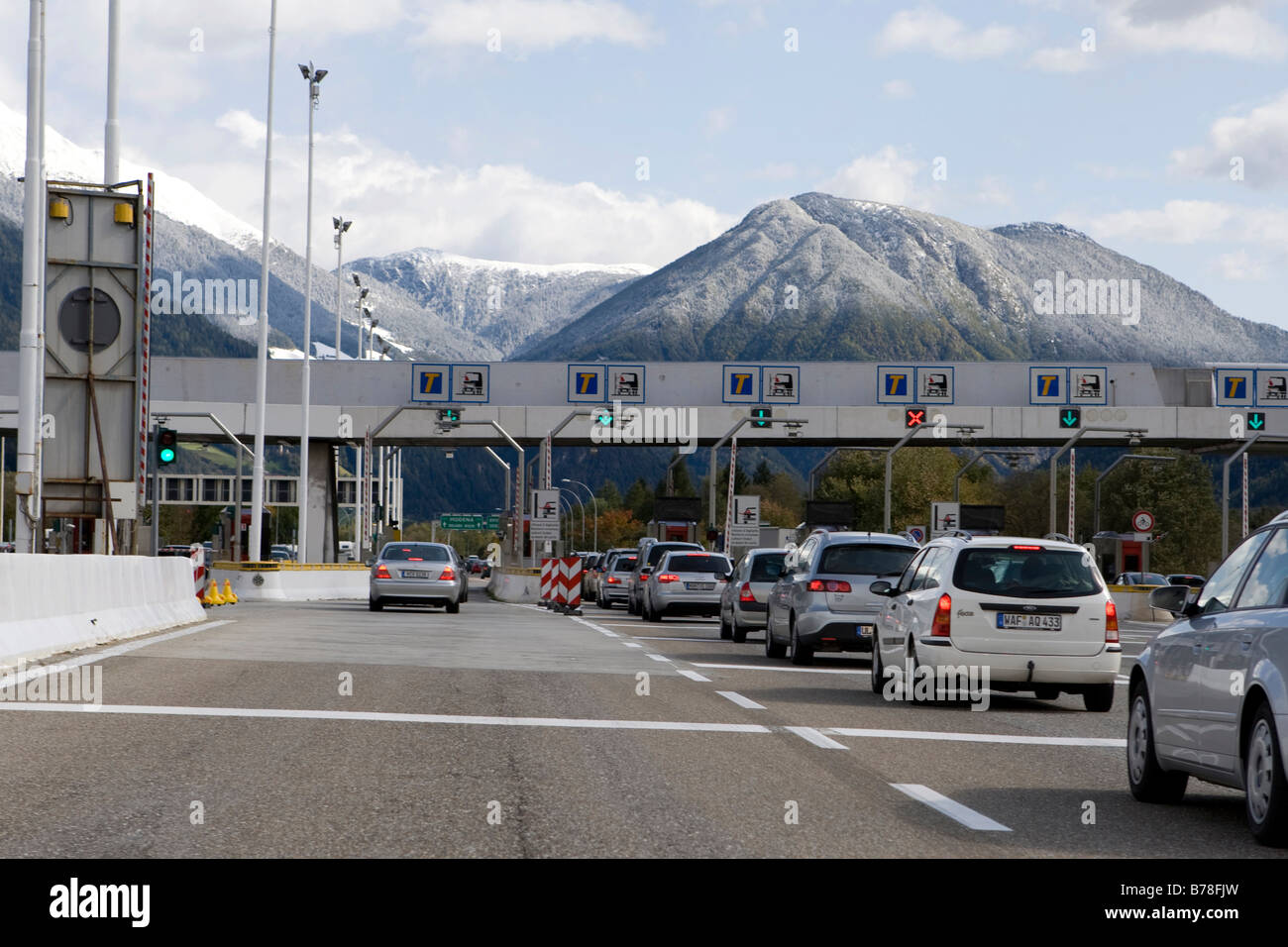 Car queue at a tollbooth on the Brenner motorway between Austria and South Tyrol, Tyrol, Italy, Austria, Europe - Stock Image