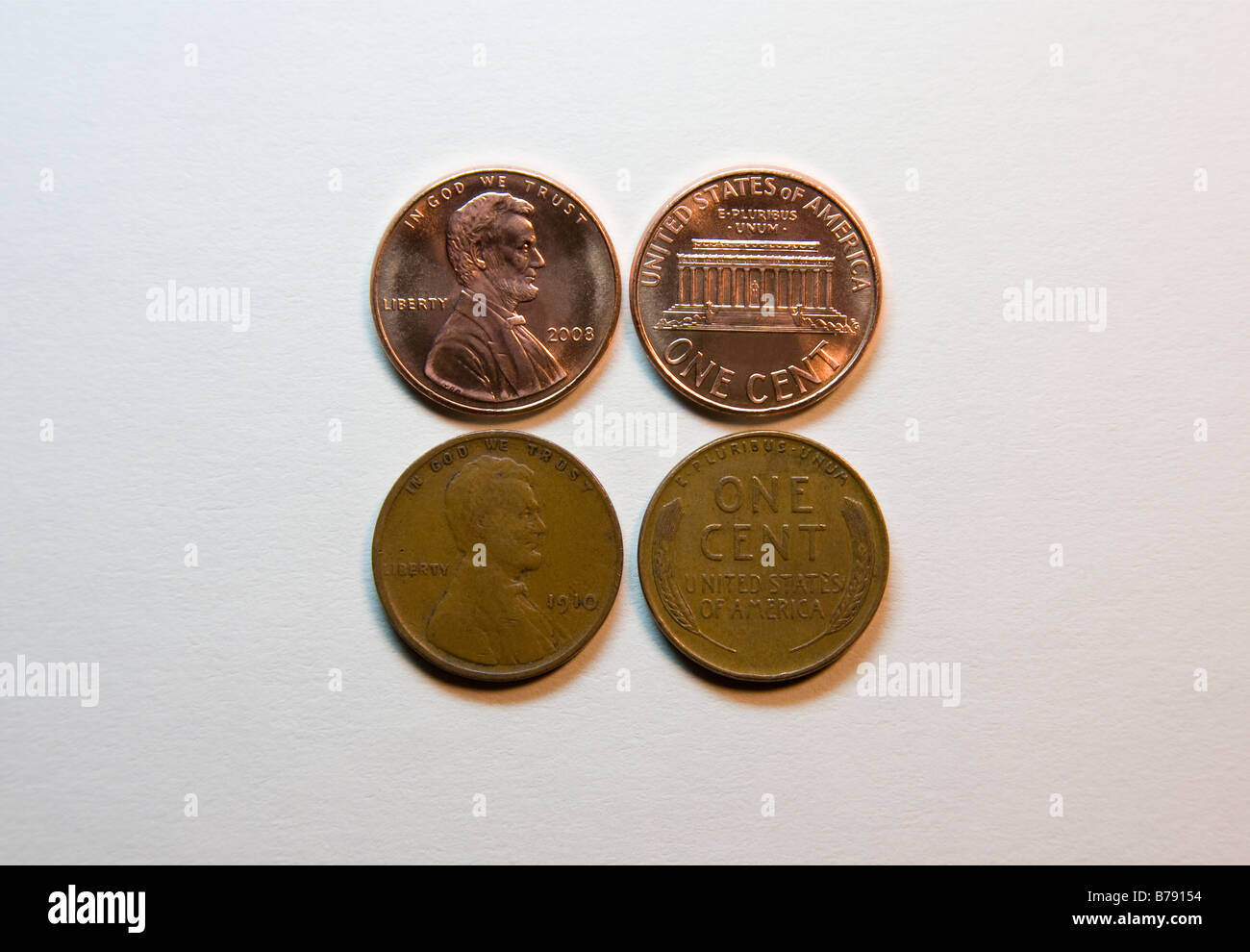 US Currency.  2008 penny above a 1910 'wheat' penny showing obverse and reverse. - Stock Image
