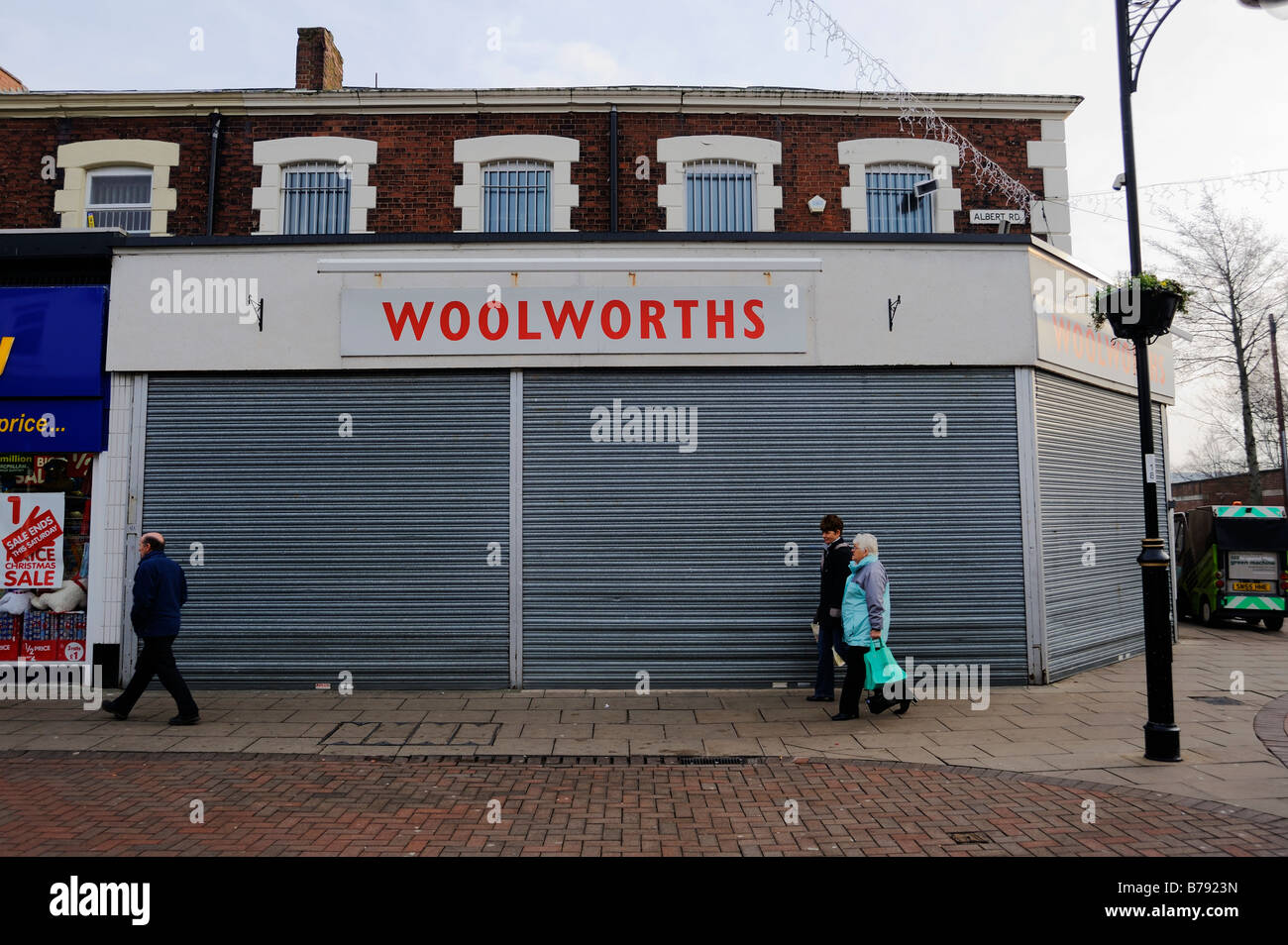 Woolworths in Widnes, Cheshire. Closed with roller shutters down - Stock Image