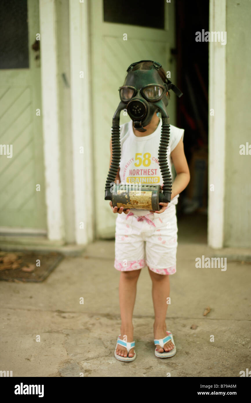 Five year old girl wears gas mask - Stock Image
