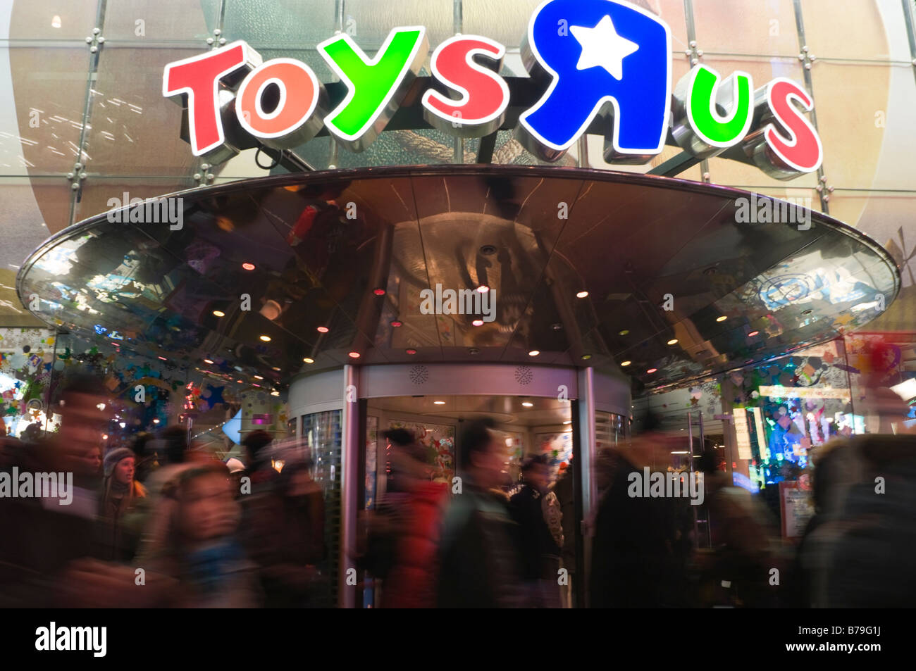 New York NY 19 December 2008 Christmas shoppers outside the Times Square Toys R Us ©Stacy Walsh Rosenstock/Alamy - Stock Image
