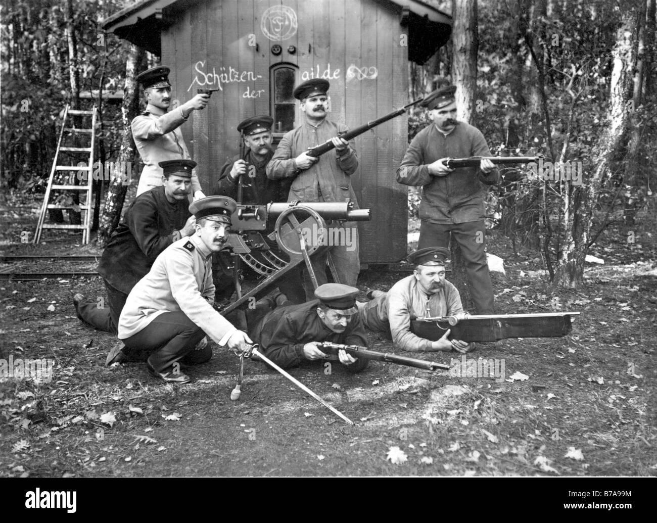 Historical photo, men testing rifles, including machine-gun Spandau 08, ca. 1915 - Stock Image