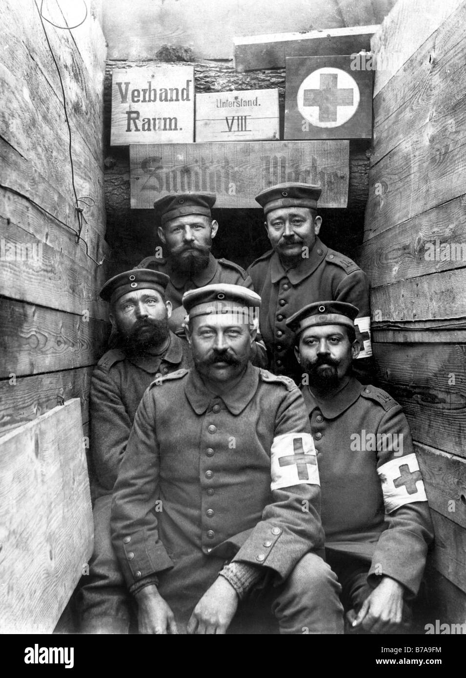 Historic photo, First World War, emergency medical technicians in the trench - Stock Image