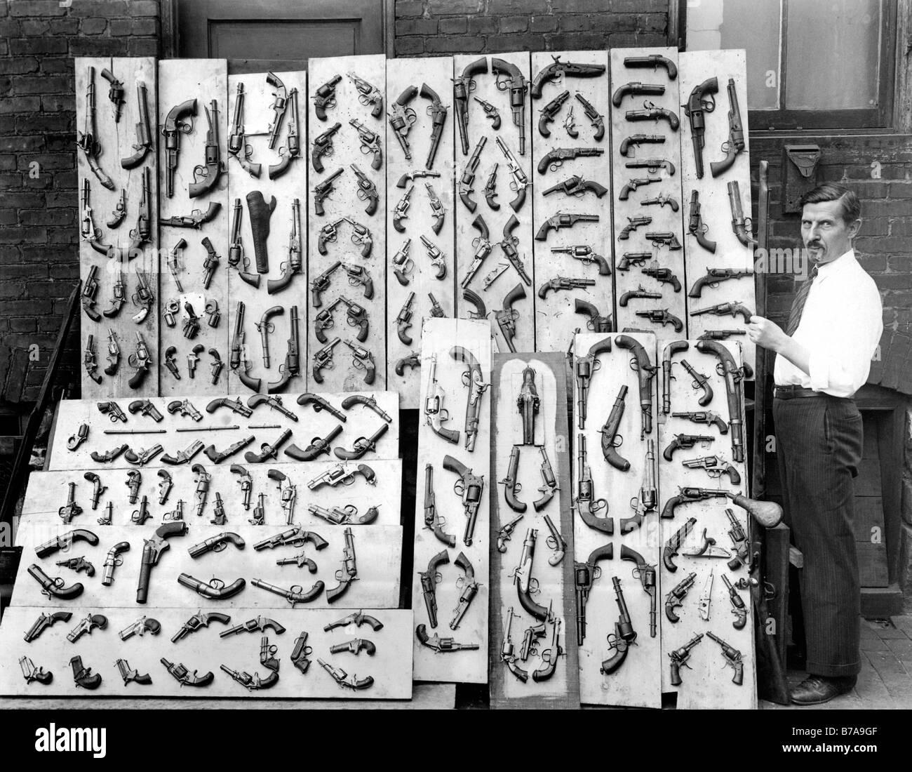 Historic picture, man selling guns, taken around 1920 - Stock Image